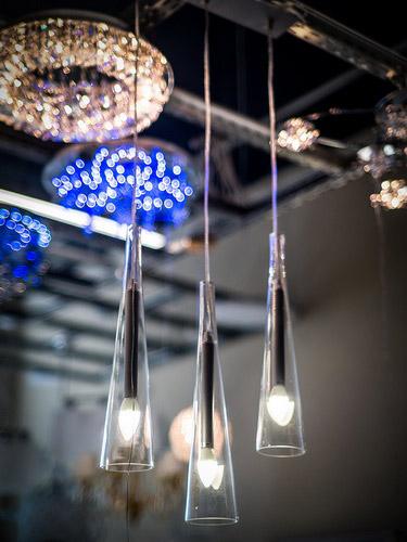 Разнообразные люстры бра торшеры настольные лампы